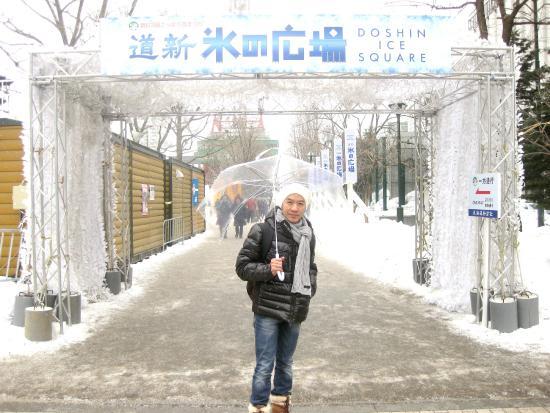 Taman Odori: หิมะตกหนัก ต้องกางร่มด้วยครับ มีร่มขาย บริเวณงาน