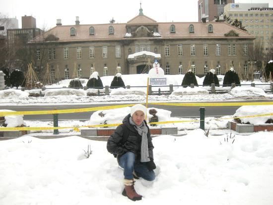 Odori Park: มองไปทางไหนก็ขาวไปหมด หนาวมากด้วยครับ แต่ สวย