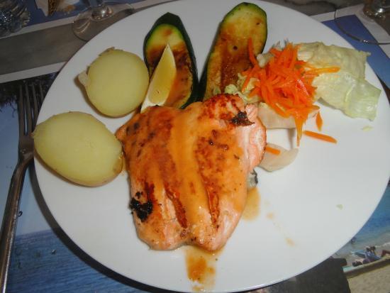 Salt, İspanya: Salmón a la plancha con salsa de gamas del menú