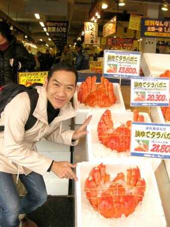 Саппоро, Япония: ปูเป็นๆทุกตัวนะครับ เค้ามัดยางไว้ ครับ