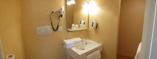 Abbys Hôtel : salle de bain chambre famille