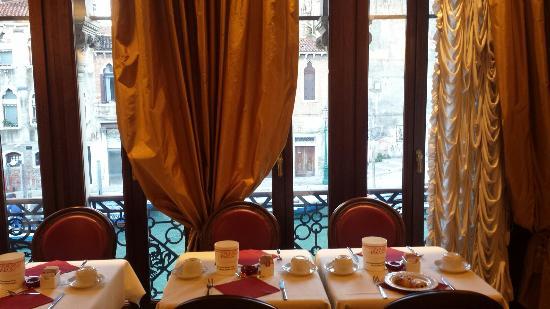 La Palazzina Veneziana: Bella pure la sala colazioni con vista sul canale