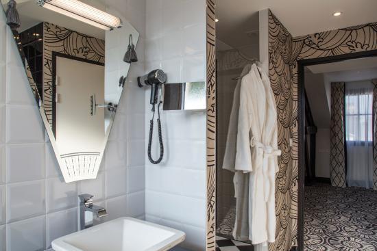 Salle de bains avec grande douche et baignoire SPA - Picture of ...