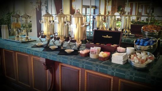 The Madison Hotel: Comlimentary coffee, tea, hot cocoa and two selections of water offered daily