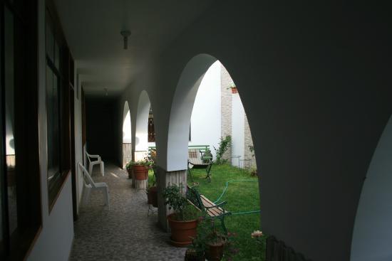 Hostel Camiluz : Il portico cui si accede alle camere