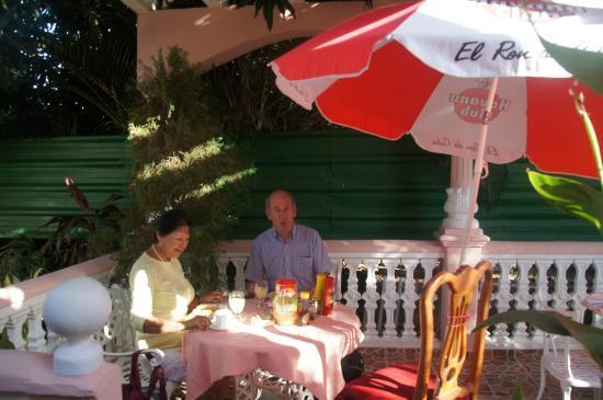 Casa Pedro y Mayi: Ontbijt in de prachtige tuin