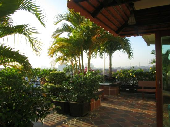 Seng Hout Hotel: Terrasse avec vue sur la ville