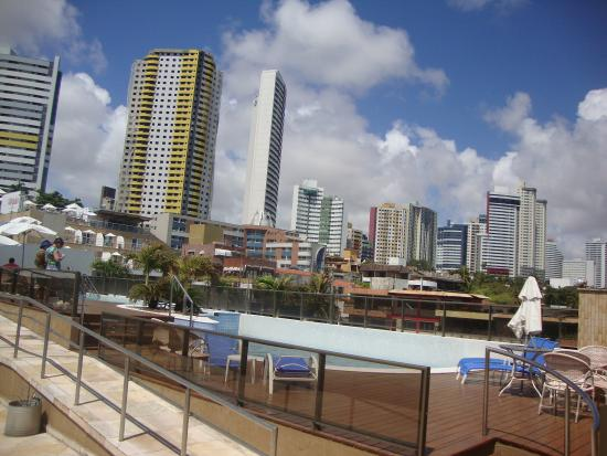 Mirador Praia Hotel: La piscina y vista hacia atras (hacia los edificios)
