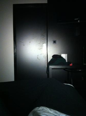 Hotel De Noailles: Traces de mains sur la porte
