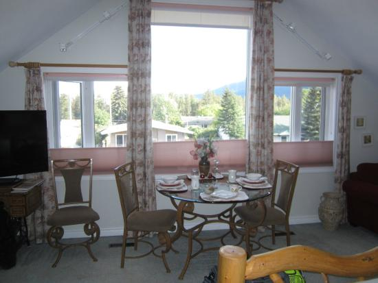 Austrian Haven Bed and Breakfast: In-Room Dining Area