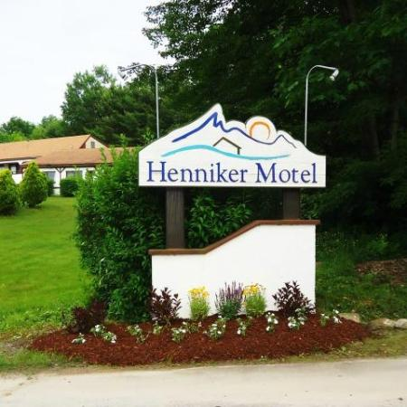 Henniker Motel: Entrance Sign
