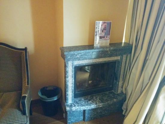 Aegli Arachova: fireplace in room
