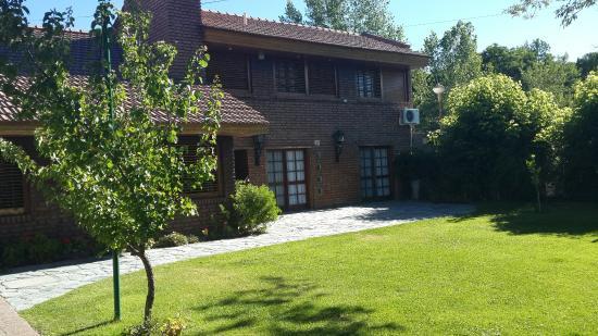 Hermosos jardines de entrada a casa bonita picture of for Jardin 50 neuquen