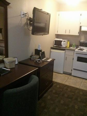 Canada's Best Value Inn & Suites: ample desk area