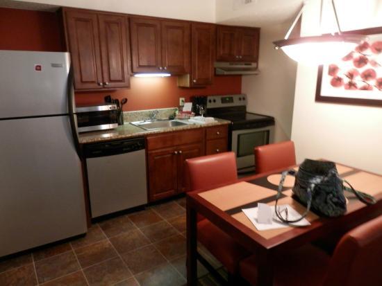 Sonesta ES Suites Somers Point : Kitchen/dining area