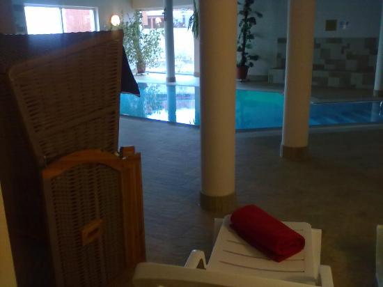Hotel Nautic: Innen Pool 28° mit Liegen und Strandkörben