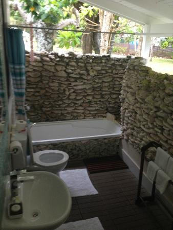 Tamanu on the Beach: Outdoor Bathroom