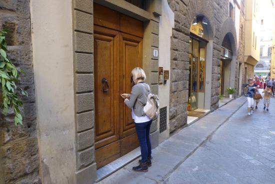 La Signoria di Firenze B&B: Street door
