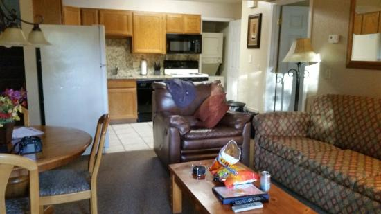 Wyndham Flagstaff Resort: Living/dining, bedroom and bathroom to right, indoor staircase down from parking lot to left