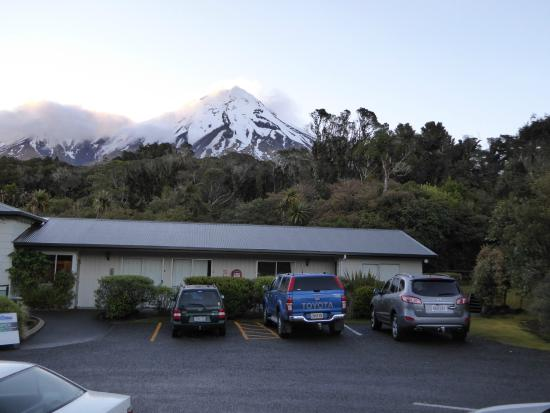 Ngati Ruanui Stratford Mountain House Hotel: Front of hotel with peak behind, late evening