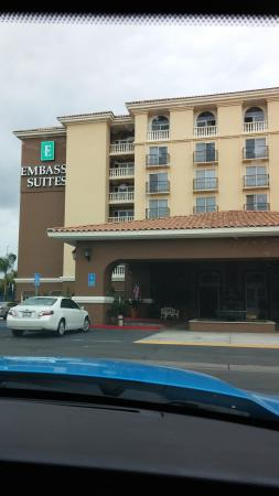 Embassy Suites by Hilton Anaheim North : View of hotel when driving up
