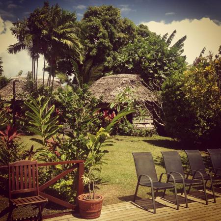 Samoan Outrigger Hotel: The garden and fales