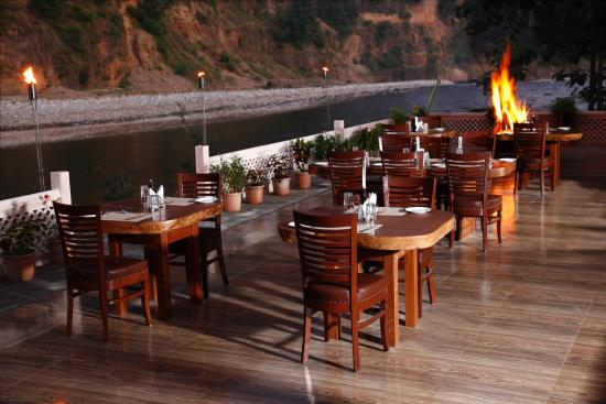 Corbett Riverside Resort: Guests sit out of the dining