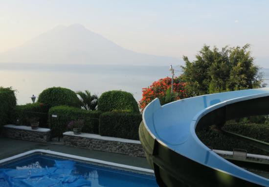 Hotel Posada de Don Rodrigo Panajachel : Vue sur la piscine et le lac