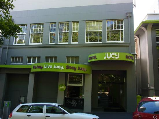 Jucy Snooze: Street in front of Jucy Hotel