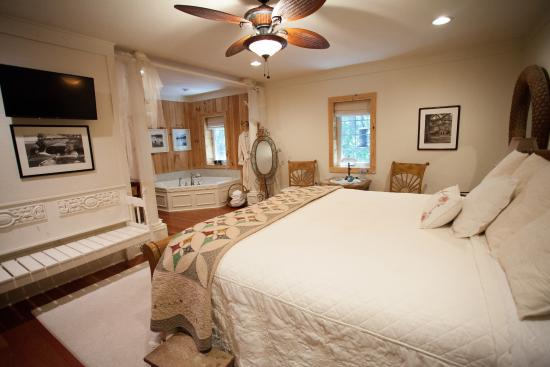 Blackberry Creek Retreat: Panther Valley Guestroom (King)