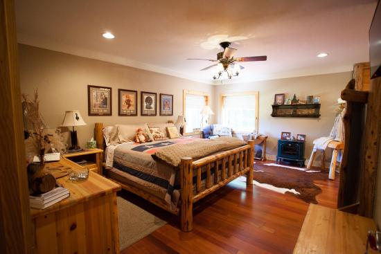 Blackberry Creek Retreat: Ozarks Guestroom (Queen)