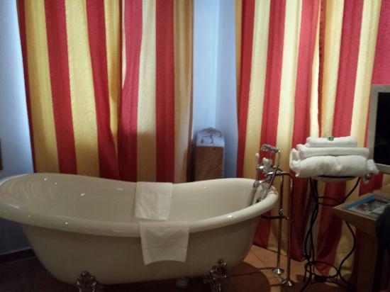 Hotel Drei Raben: The bath in the Knight room.