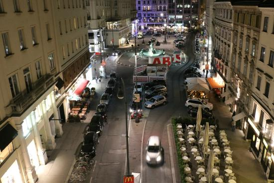 Pension Neuer Markt: View form our room at night, the excellent Oberla patisserie on the bottom right (don't miss it)