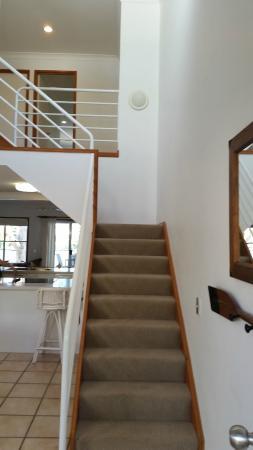 Noosa Entrance Waterfront Resort: Staircase upon entering main door