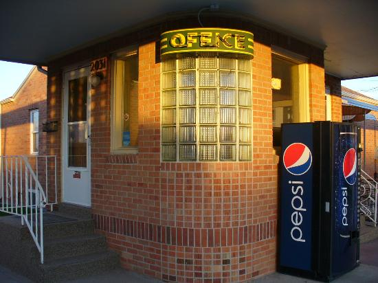 Sidney Motor Lodge: Classic neon and brickwork at the office