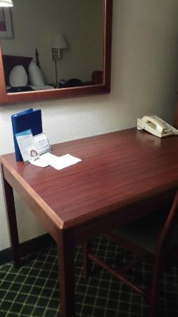 Fairfield Inn & Suites Dayton Troy: Room Suite with Table and Phone