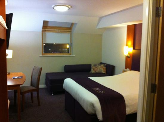 Premier Inn Huddersfield Central Hotel: bedroom