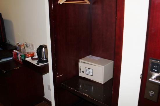 Guangdong Baiyun City Hotel: inroom safe