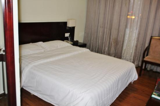 Guangdong Baiyun City Hotel: Kingsize bed (very stiff)
