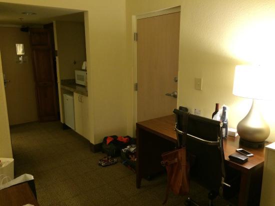 Comfort Suites Miami / Kendall : Desk, microwave, fridge