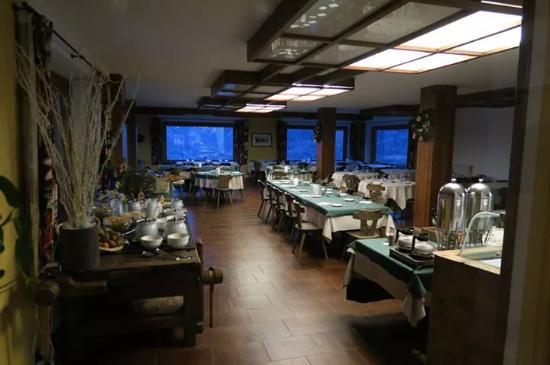 Hotel Vallechiara: sala pronta per una abbondante colazione da sciatori