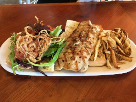 Stingrays Taphouse and Grill: Great fish of the day sandwich!