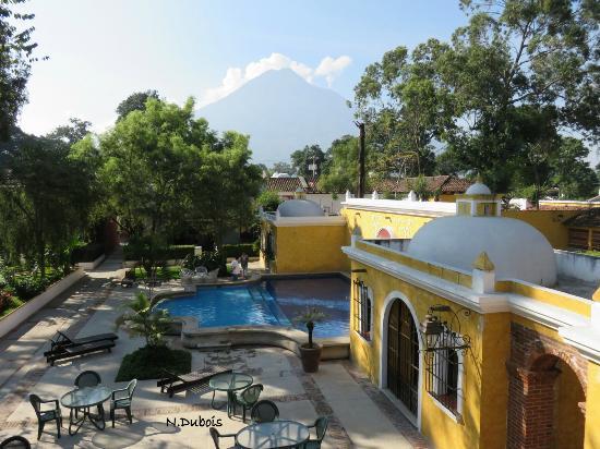 Villa Colonial : Vue sur la piscine et le volcan