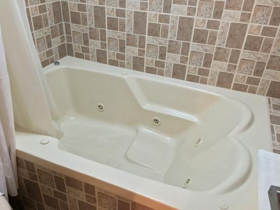 Bayview Hotel: Jacuzzi for two.  Unfortunately mine had a problem - the sinkhole plug would get stuck, requirin