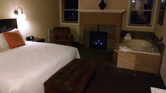 BEST WESTERN PLUS Wesley Inn & Suites: Bedroom with fireplace