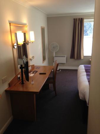 Premier Inn Cheltenham North West: Desk & TV in Room 131