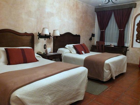 Hotel Las Farolas : Chambre spacieuse , agréable déco