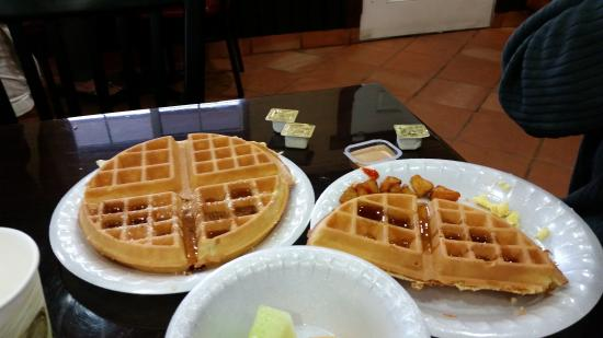 Park Vue Inn: Breakfast waffles