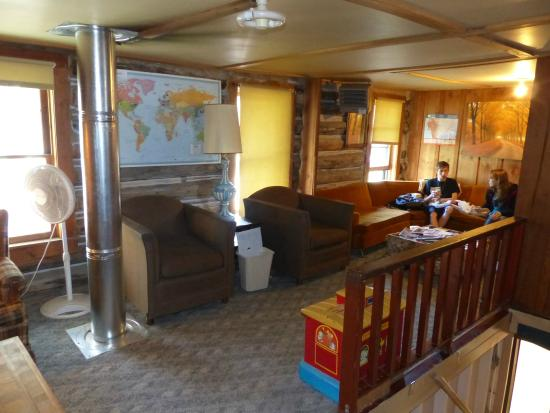 Hostelling International - Brownies Hostel: Common area with reading material & wifi.
