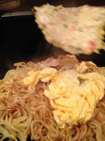 Kamakura Horetarou: in the process of grilling, yaki soba (grilled noodles)